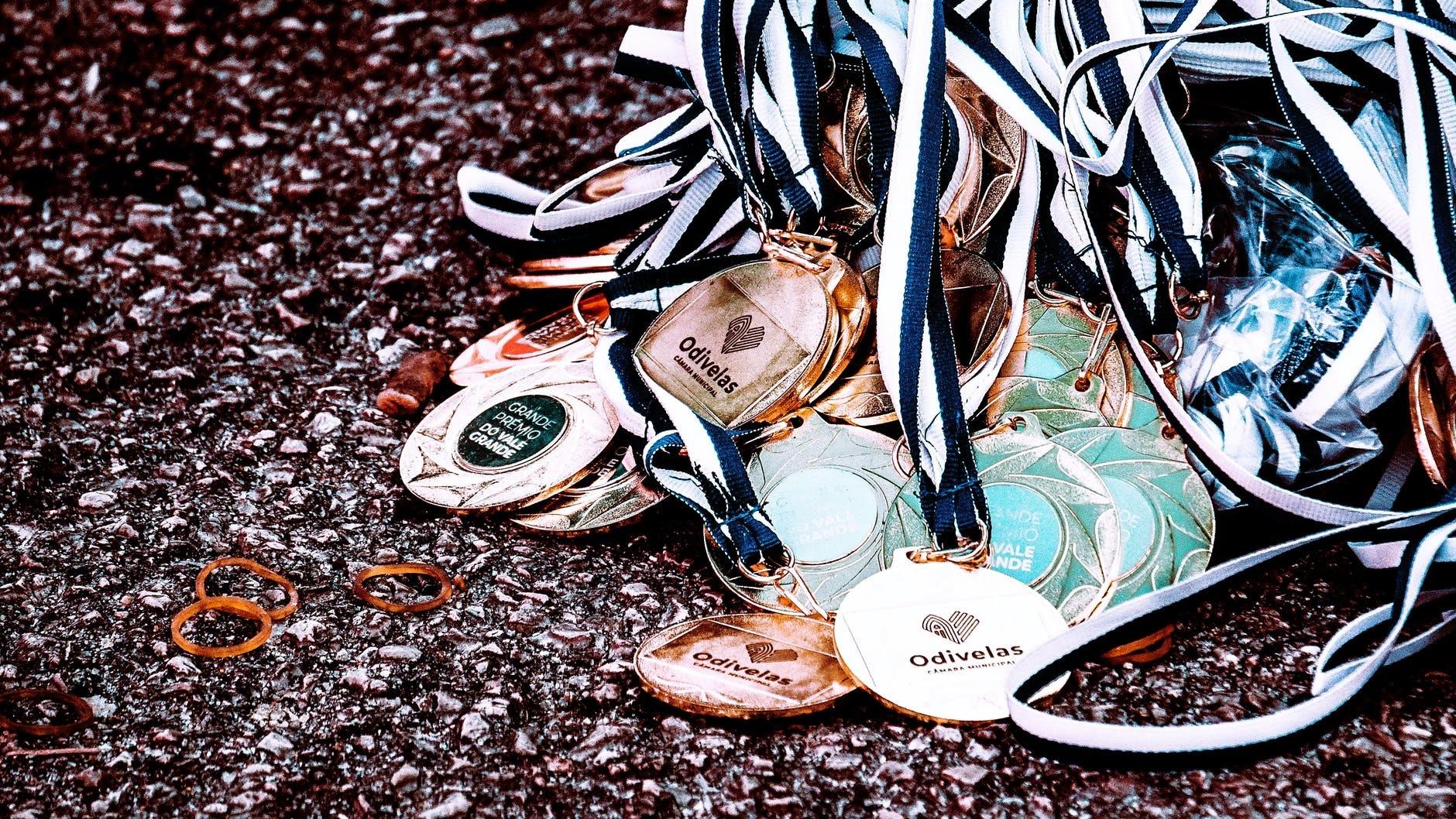Mau Pesan Medali Akrilik? Cek Kelebihan dan Kekurangannya