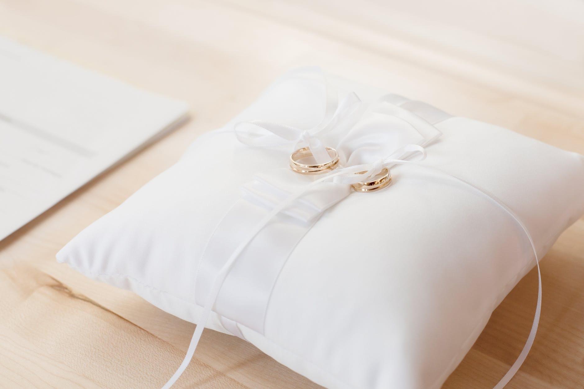 Bantal Mahar dan Jenis Bantal Unik Lain yang Bisa Dibuat Custom