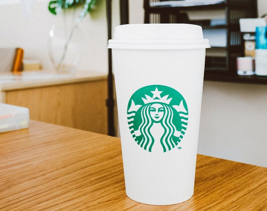 Gaya Ngehits Minum Kopi Pakai Tumbler Ala Starbucks Pilihan
